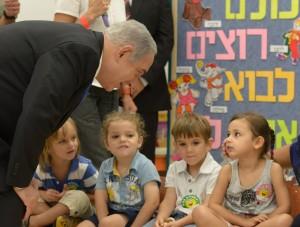 Ministerpräsident Netanyahu begrüßt Kindergartenkinder (Foto: GPO)