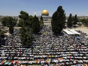 Betende Muslime vor dem Felsendom in Jerusalem (Foto: Reuters)