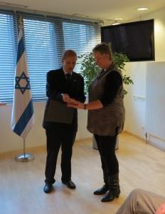 Botschafter Yakov Hadas-Handelsman überreicht die Yad-Vashem-Urkunde an Karola Mehlhorn, die Großnichte von Theodor Kranz