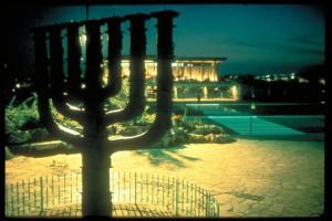 Menorah vor der Knesset (Foto: GoIsrael)