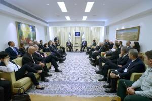Staatspräsident Rivlin und verschiedene Unternehmer während der Sitzung (Foto: Präsidialamt)