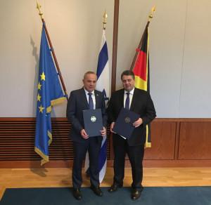 Energieminister Yuval Steinitz und Wirtschaftsminister Gabriel mit den Absichtserklärungen