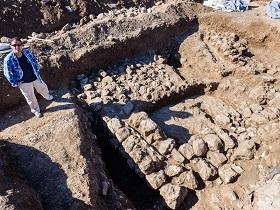 Ausgrabungsleiterin Ronit Lupo vor den Überresten eines antiken Hauses (Foto: IAA)
