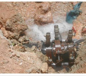 Versickerndes Wasser durch manipulierte Leitung (Foto: Israel Water Authority)